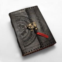 punziertes schwarzes Lederbuch