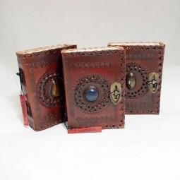 braunes Lederbuch S mit Stein (verschließbar)