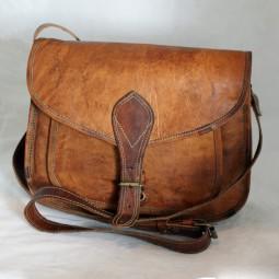 Lederhandtasche mittelgroß mit Metallschnalle