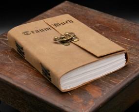 Beschriftetes Büffellederbuch