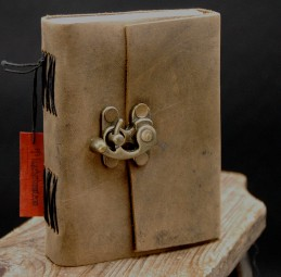 Büffellederbuch mit Hackenverschluß
