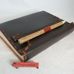 Lederbuch mit Holzstift