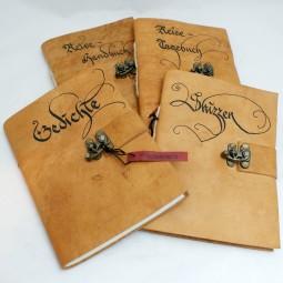 Beschriftete Bücher mit Messingverschluss klein