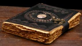 Lederbuch mit Stein und ungeschnittenem Papier