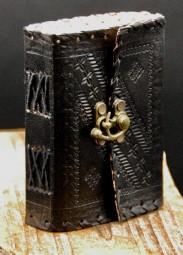 Kleines schwarzes Lederbuch