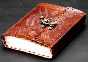 punziertes braunes Lederbuch